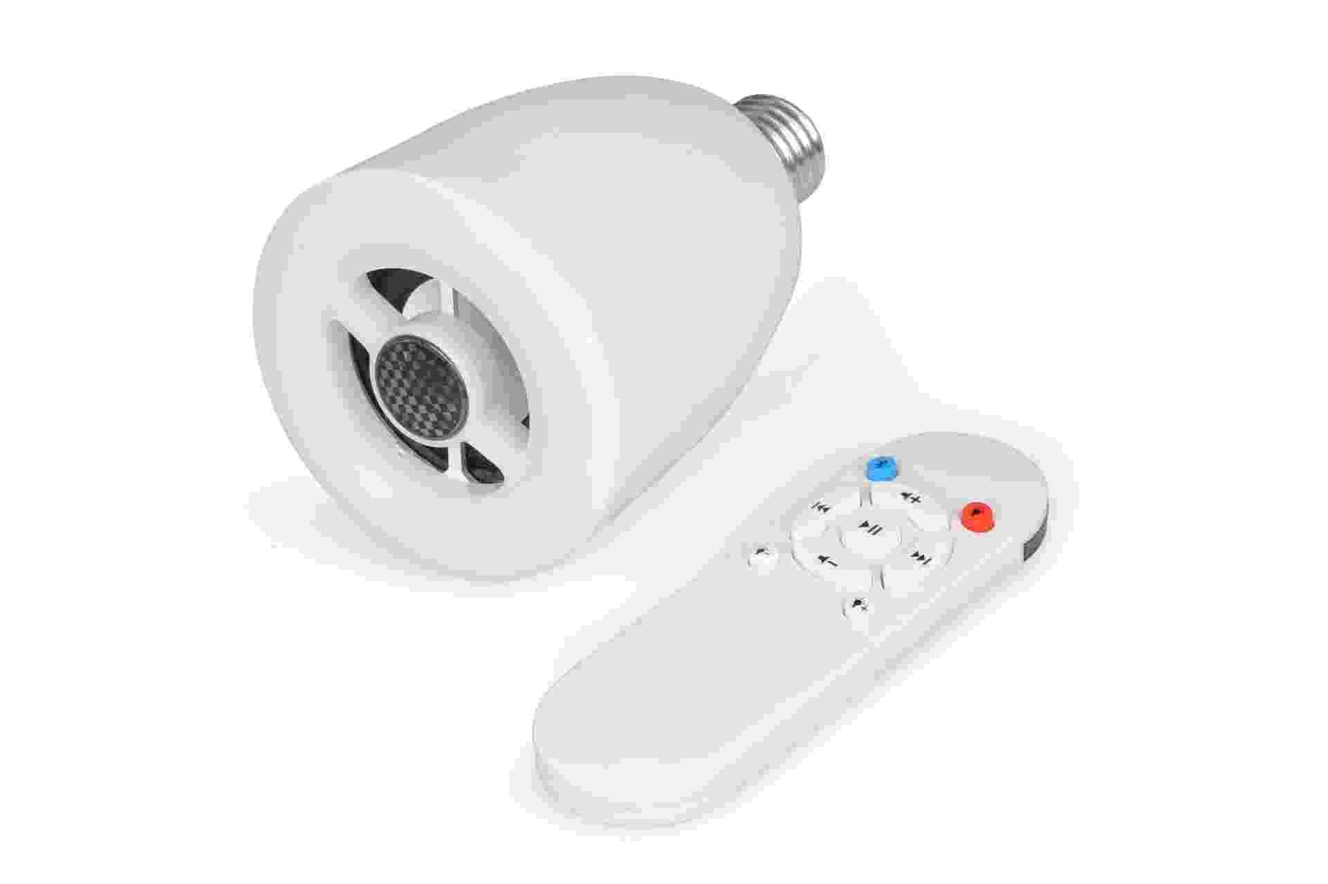 A lâmpada LED 3200 K, da marca Geonav, possui um sistema de som com alto-falante embutido, controlado pela tecnologia Bluetooth. O produto está à venda na Saraiva (www.saraiva.com.br) | Para outras informações, consulte o fornecedor - Divulgação