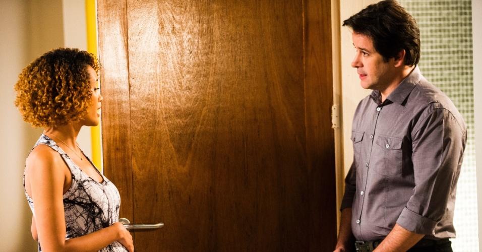 Jonas (Murilo Benício) procura Verônica (Taís Araújo) para saber se os filhos que ela espera são dele em