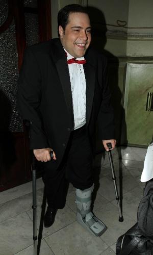 13.out.2014 - De pé quebrado, Tiago Abravanel chega à 2ª edição do Prêmio Bibi Ferreira, no Theatro São Pedro, em São Paulo
