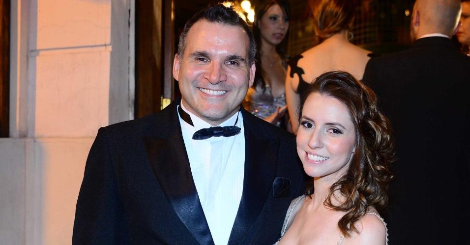 13.out.2014 - Saulo Vasconcelos e sua namorada, Louise, no 2º Prêmio Bibi Ferreira, em São Paulo