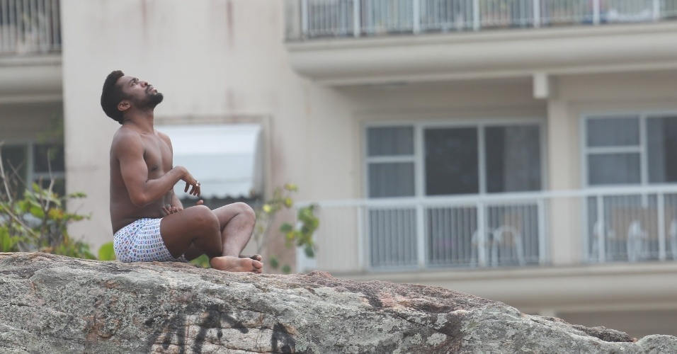 """14.out.2014 - Lázaro Ramos grava cenas de """"Geração Brasil"""" na praia da Macumba. Na trama das sete, Lázaro interpreta o guru Brian"""