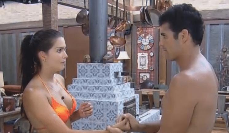 14.out.2014 - Marlos Cruz acaricia as mãos de Débora Lyra em