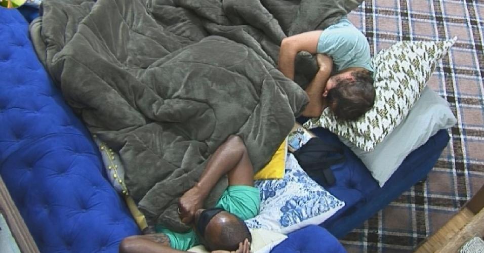 14.set.2014 - Sem cama para todos os peões no começo do confinamento, Robson Caetano e Roy Rosseló dormem na sala