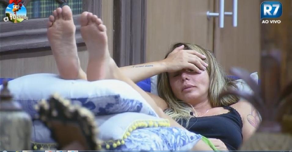 """22.set.2014 - Cristina Mortágua cochila com a mão no rosto na sala em """"A Fazenda 7"""""""