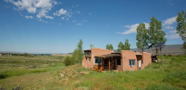 Peter Heller construiu a casa de quatro cômodos no Colorado de maneira artesanal - John Burcham/ The New York Times
