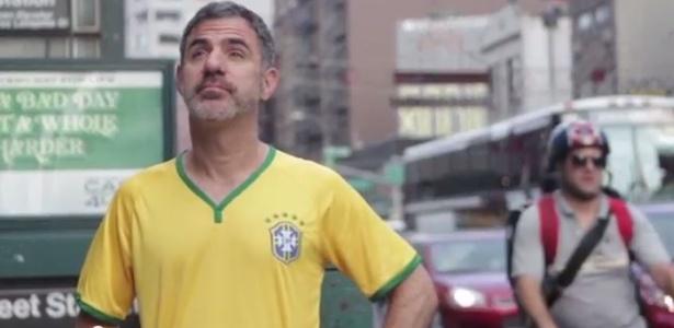 """O jornalista Seth Kugel em um dos vídeos do """"Amigo Gringo"""" - Reprodução/Amigo Gringo - Youtube"""