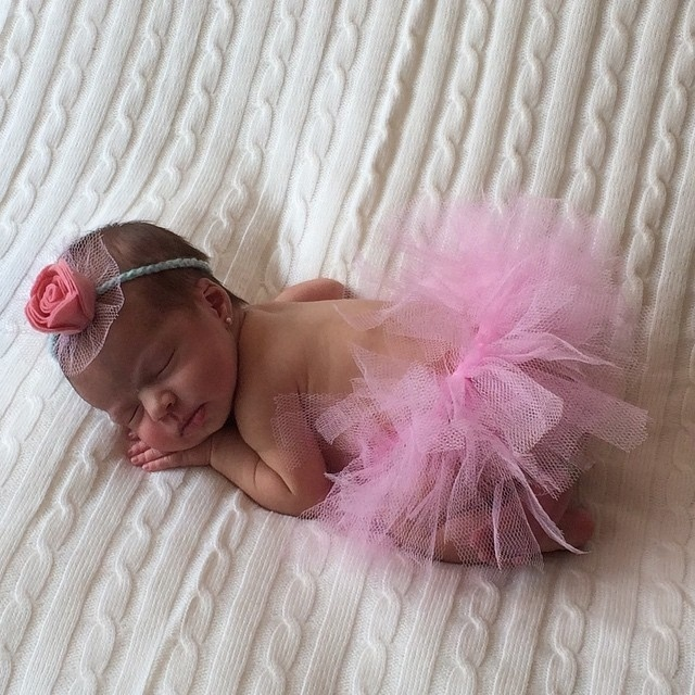 """Mirella Santos publicou nesta terça-feira (14) uma foto da filha Valentina vestida de bailarina. A menina, que nasceu no dia 10 de agosto, é filha da modelo com o apresentador Wellington Muniz, o Ceará, do """"Pânico na Band"""""""