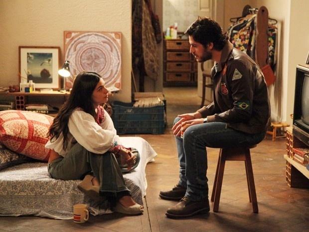 Sandra (Isis Valverde) joga um balde de água na fria na tentativa de um recomeço do namoro de Rafael (Marco Pigossi).