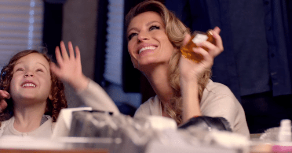 14.out.2014 - Gisele Bündchen estrela nova campanha para promover perfume Chanel nº 5. Com tom dramático, a top brasileira vive uma surfista, mãe e modelo que sofre por um amor, vivido pelo ator Michiel Huisman