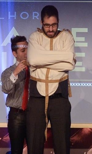 """14.out.2014 - Rafinha Bastos é amarrado em uma camisa de força durante a entrega de """"Melhor Cena de Fetiche"""", no Prêmio da Indústria Pornô, em São Paulo"""