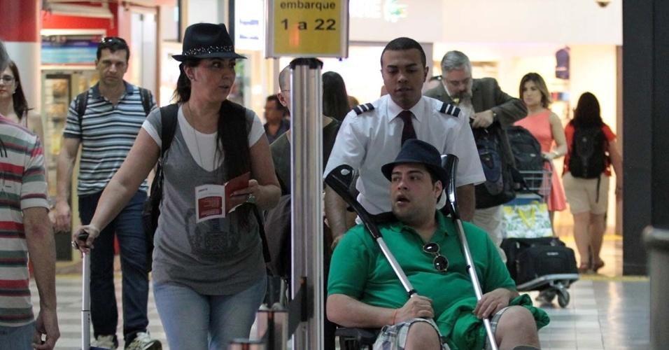 15.out.2014 - Com o pé imobilizado, o ator Tiago Abravanel embarcou no aeroporto de Congonhas com ajuda de uma cadeira de rodas