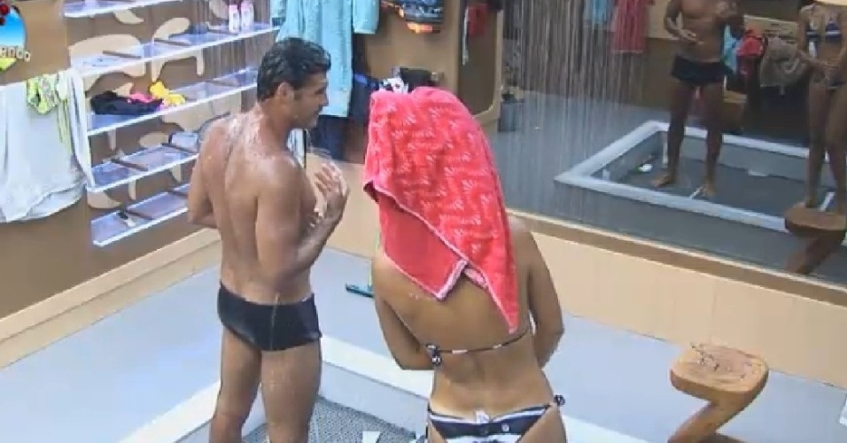 15.out.2014 - Débora Lyra e Marlos Cruz tomam banho juntos