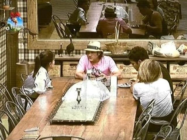 """15.out.2014 - Heloisa Faissol, Roy Rosselló, Marlos Cruz e MC Bruninha combinam de não fazer comida para a equipe Ovelha em """"A Fazenda 7"""""""