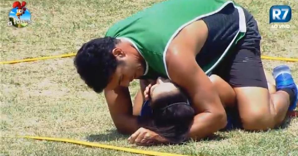 15.out.2014 - Marlos Cruz agarra Débora Lyra durante jogo de queimada em
