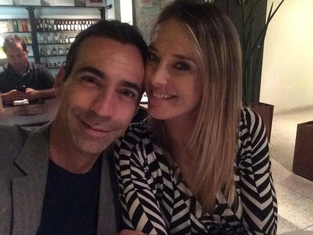 15.out.2014- César Tralli se declara para Ticiane Pinheiro no Twitter em foto durante jantar: