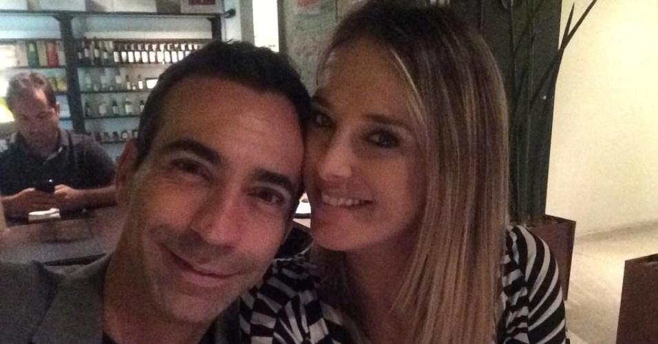 """15.out.2014- César Tralli se declara para Ticiane Pinheiro no Twitter em foto durante jantar: """"Minha companhia mais do que especial!"""". Os dois, que colocaram um ponto final no namoro de seis meses no início de setembro, deixaram fãs curiosos que perguntaram se eles reataram o romance"""