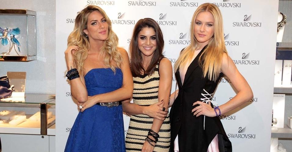15.out.2014- Giovanna Ewbank e Fiorella Matheis posam com a blogueira Camila Coelho em evento no shopping Morumbi em São Paulo