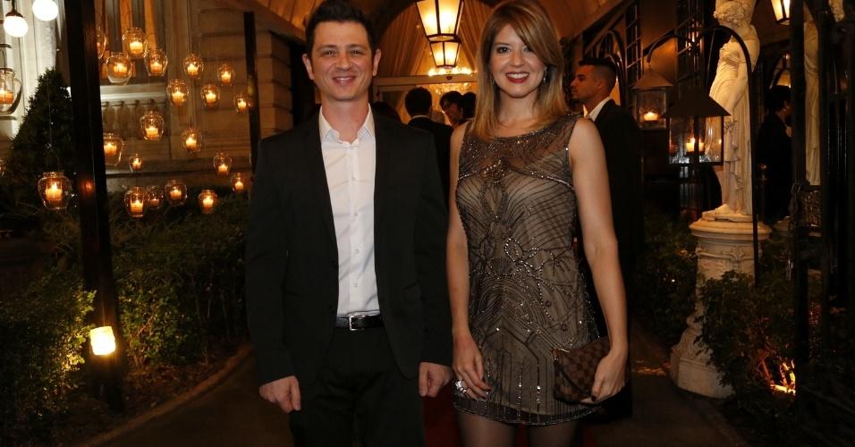 15.out.2014- Mariana Santos chega acompanhada ao casamento da atriz Françoise Forton com Eduardo Barata no Rio de Janeiro