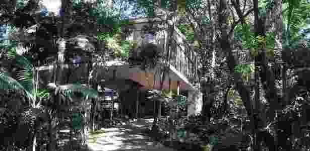 A Casa de Vidro está engastada na colina e mantém-se suspensa sobre pilotis - Divulgação - Instituto Lina Bo e P. M. Bardi/ Henrique Luz