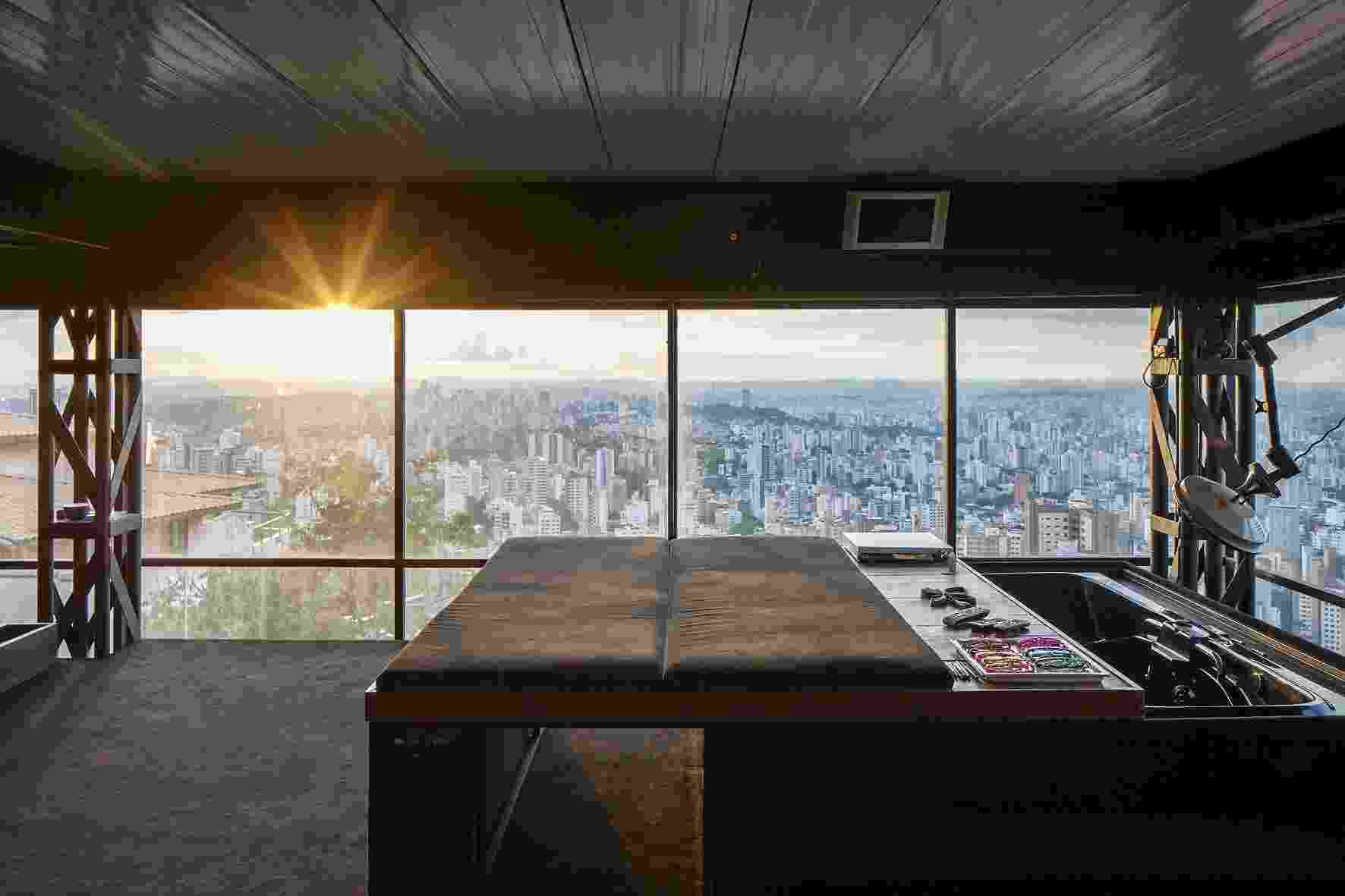 No mezanino, o dormitório do casal possui uma cama que se desloca sobre rodas e está posicionada em local estratégico para aproveitamento total da paisagem de Belo Horizonte. O móvel recobre a banheira na casa Mangabeiras, projetada pelo arquiteto Allen Roscoe - Leonardo Finotti/ UOL