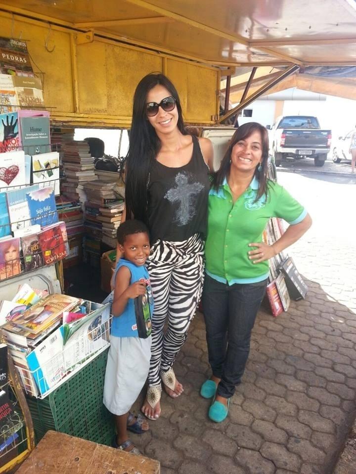Lorena Bueri com a mãe em frente ao sebo