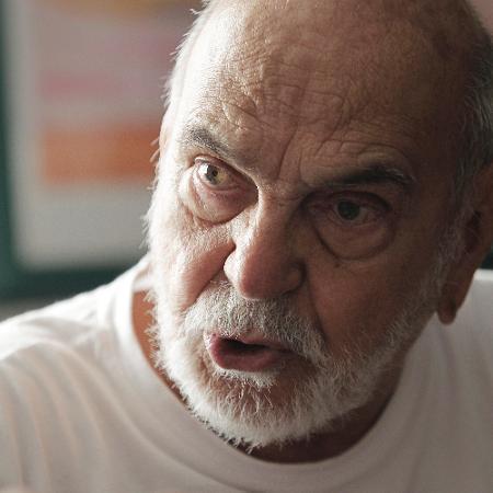 14.out.2014 - O ator Lima Duarte em seu apartamento em São Paulo - Reinaldo Canato/UOL