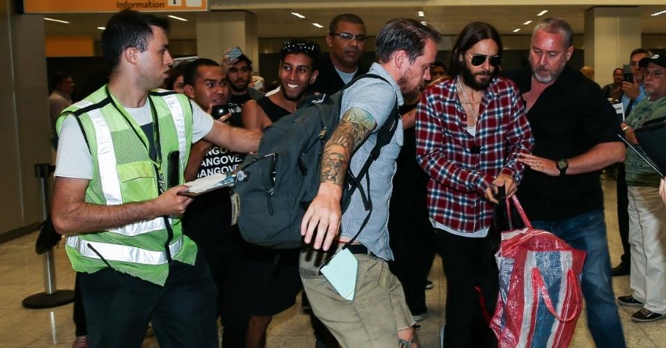 15.out.2014 - Jared Leto e a banda americana 30 Seconds to Mars desembarcam em aeroporto de São Paulo e causam tumulto entre os fãs na manhã desta quarta-feira