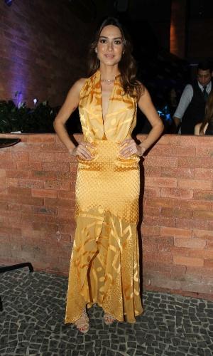15.out.2014 - Thaila Ayala usa vestido longo e dourado na festa de lançamento da coleção de Natal de uma marca de joias, em restaurante nos Jardins, em São Paulo nesta quarta-feira