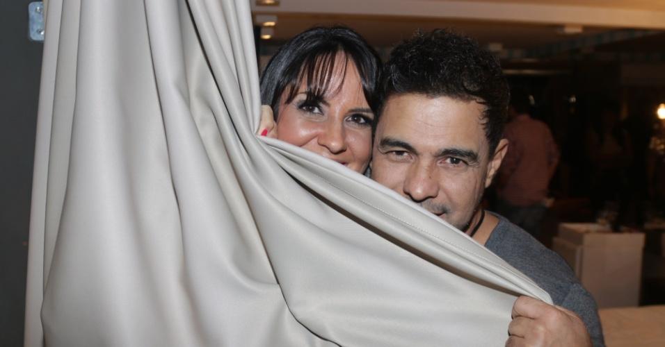 16.out.2014 - Zezé Di Camargo e a namorada, Graciele Lacerda, fazem graça e posam cobertos por cortina durante inauguração de motel em Curitiba