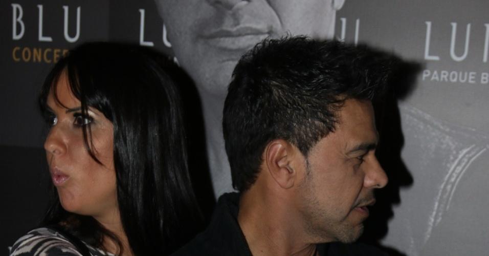 16.out.2014 - Zezé Di Camargo e sua namorada, a jornalista Graciele Lacerda, chegam para inauguração de motel em Curitiba