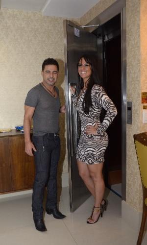 16.out.2014 - Zezé Di Camargo inaugura motel em Curitiba acompanhado de sua namorada, a jornalista Graciele Lacerda. Os dois posaram juntos em um dos quartos do estabelecimento