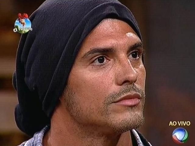 16.out.2014 - Com a votação encerrada, Marlos Cruz aguarda Britto Jr. anunciar o resultado da quarta roça de