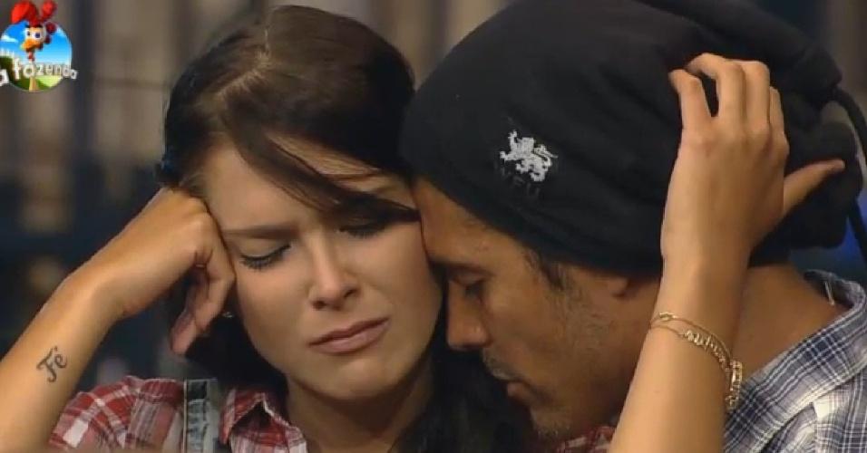 16.out.2014 - Débora Lyra chora abraçada com Marlos