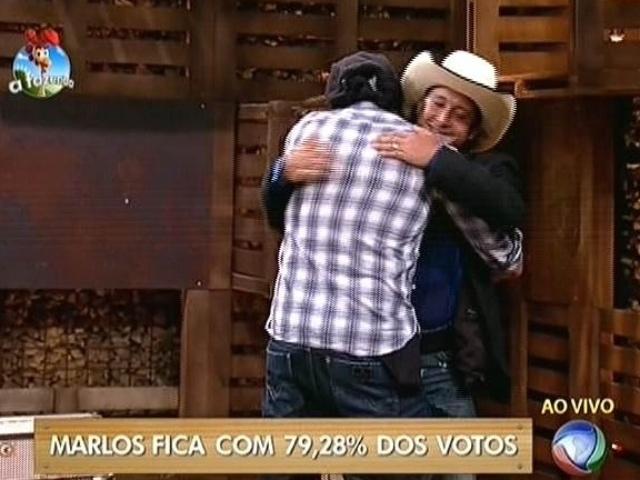 16.out.2014 - Marlos Cruz abraça Roy Rosselló após vencer o ex-Menudo na quarta roça de