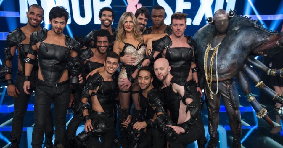 Fernanda Lima posa com bailarinos na estreia da oitava temporada usando um body em cristais swarovski