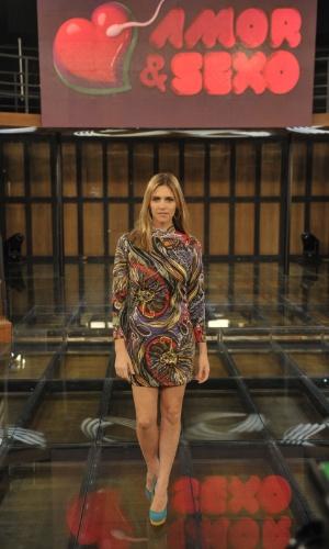 Fernanda Lima com vestido estampado e colorido no palco de