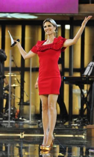 Com um vestido vernelho, Fernanda Lima comprova que todos os figurinos caem bem em seu corpo durante programa de novembro de 2011