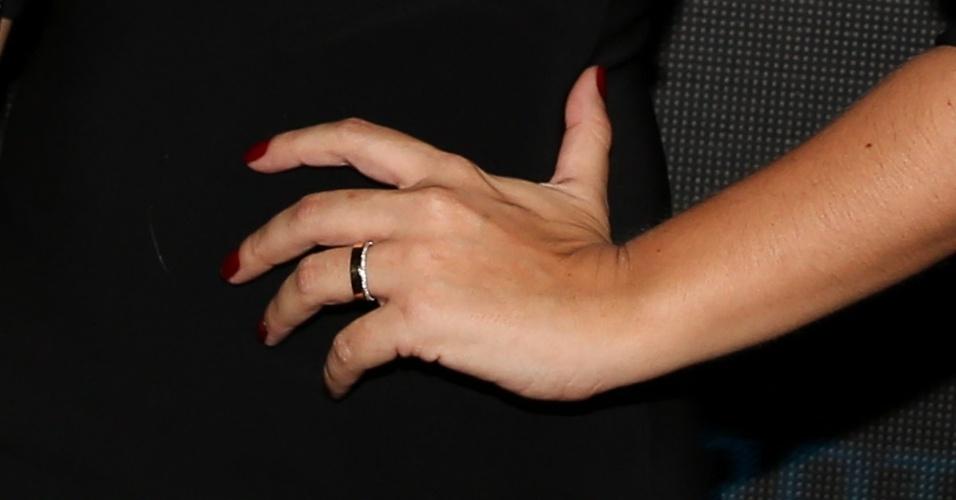 16.out.2014 - Detalhe da aliança de casamento de Thais Fersoza, que oficializou a união com Michel Teló na última terça-feira (14), em cerimônia íntima na casa do casal, em São Paulo