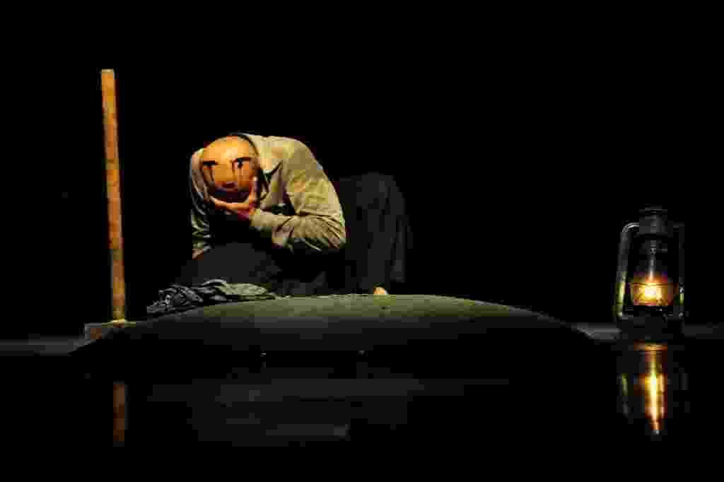 """16.out.2014 - O bailarino britânico de origem bengalesa Akram Khan faz o último ensaio nesta quinta-feira antes de se apresentar com o espetáculo """"Desh"""", no Teatro Alfa, zona sul de São Paulo - Junior Lago/UOL"""