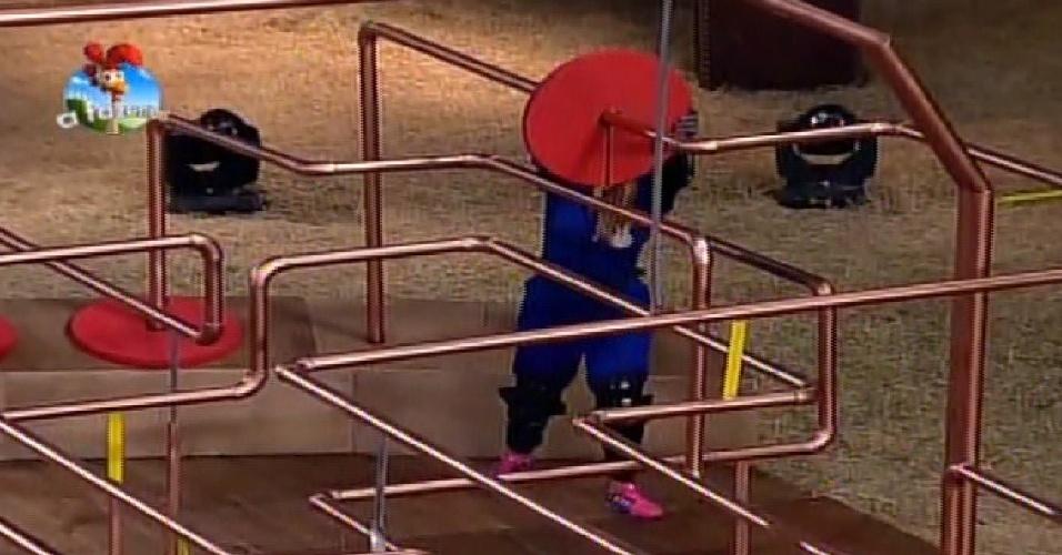 17.out.2014 - Babi Rossi disputa prova de agilidade e raciocínio pelo poder da chave