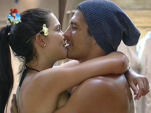 17.out.2014 - Débora Lyra beija Marlos Cruz em