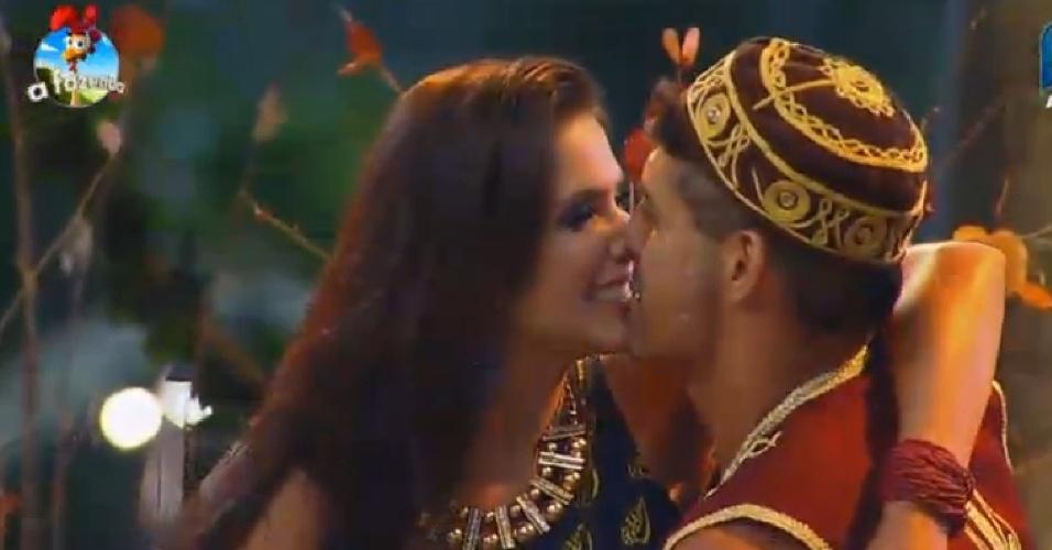 17.out.2014 - Débora Lyra e Marlos se beijam durante a Festa África