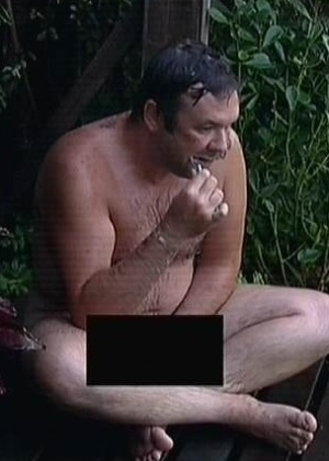 """17.out.2014 - Felipeh Campos toma banho nu em """"A Fazenda 7"""""""