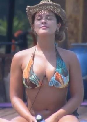 """Babi Rossi relaxa à beira da piscina em """"A Fazenda 7"""""""