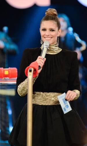 De coque e com uma gola rolê dourada, Fernanda Lima é flagrada sorridente na sexta temporada do programa que abordou o tema separação em 2012