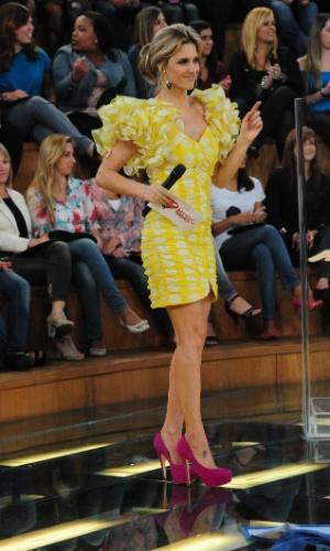 Fernanda Lima apresenta programa de vestido amarelo com mangas acentuadas e sapato pink. O figurinista Rodrigo Grunfeld veste a loira há mais de 12 anos