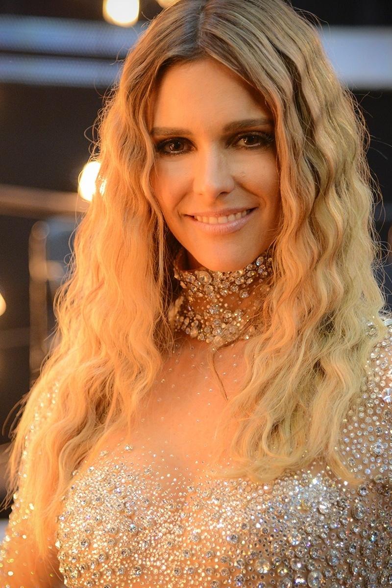 Fernanda Lima com os cabelos frisados e figurino brilhoso no programa de 2013 que abordou a nudez