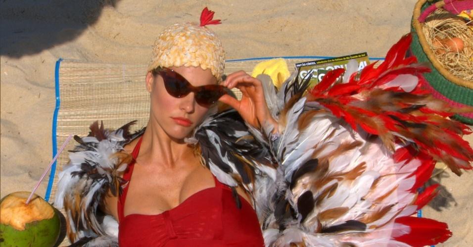 Fernanda Lima se veste de galinha para gravação de matéria para o