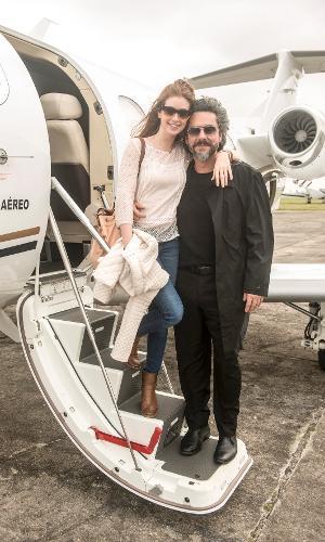 Marina Ruy Barbosa e Alexandre Nero fazem pose antes do embarque para Carrancas, Minas Gerais