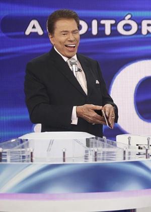 Silvio brinca e diz que só sairá com homens depois de Helen Ganzarolli
